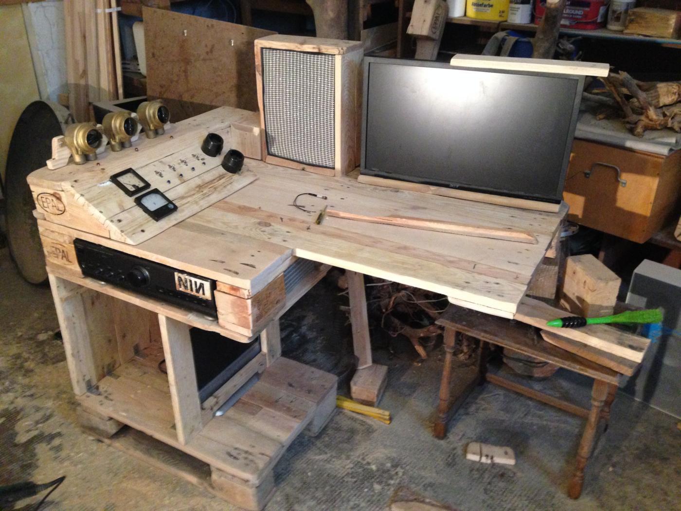 steampunk palettentisch part 1 palettenbett und palettenm bel palettenbett und palettenm bel. Black Bedroom Furniture Sets. Home Design Ideas