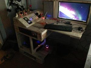 Ein Schreibtisch bei Nacht