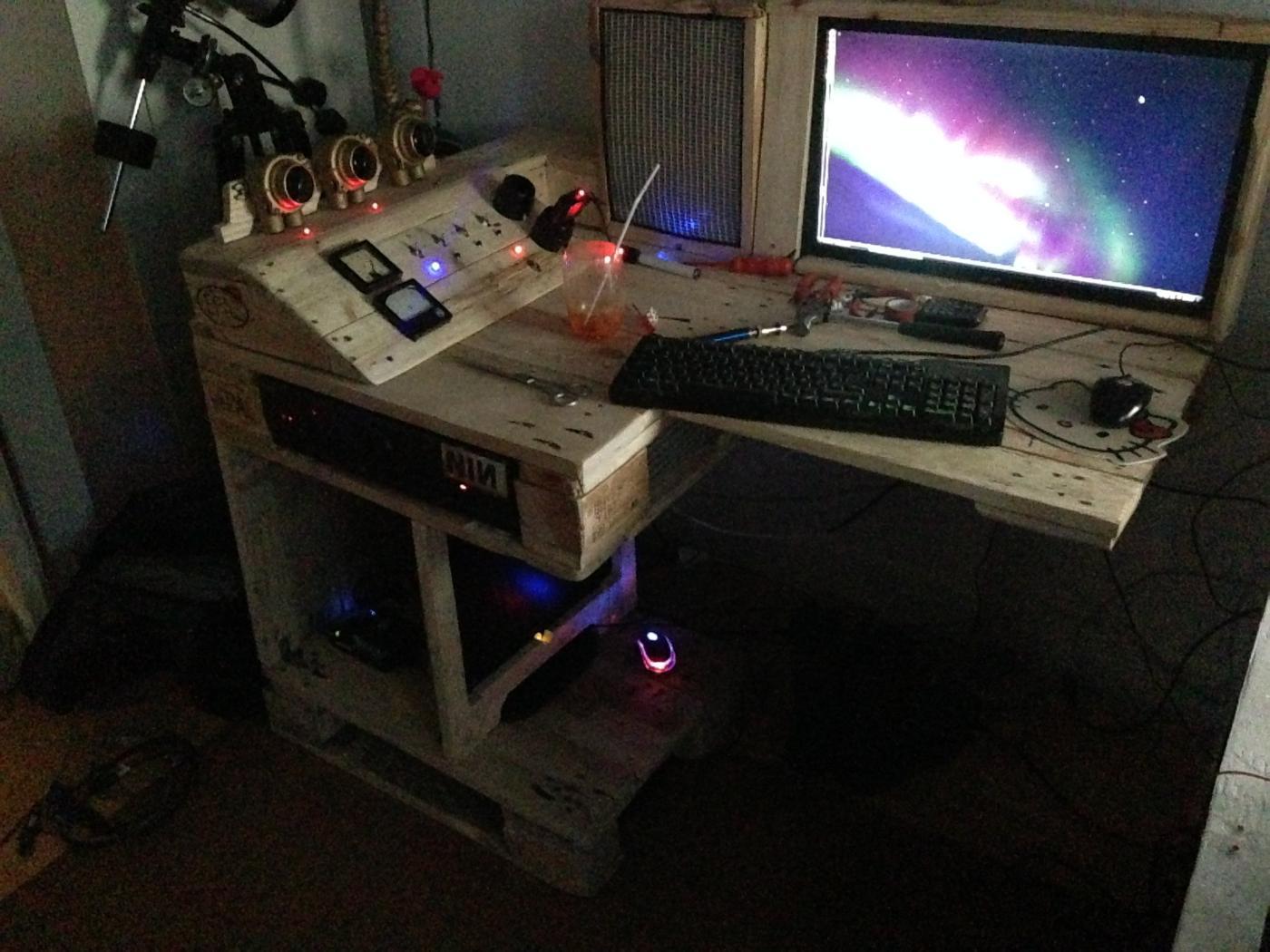 Ein Schreibtisch Bei Nacht Palettenbett Und Palettenmöbel