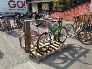 Fahrradständer aus Einwegpaletten, temporär, Utopiastadt