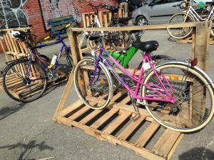 Paletten-Fahrradständer, temporäre Installation, Utopiastadt