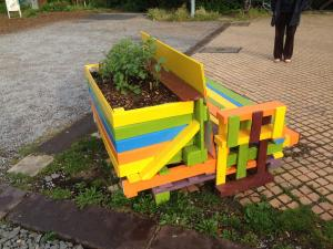 Palettenbank, integriertes Blumenbeet, Utopiastadt