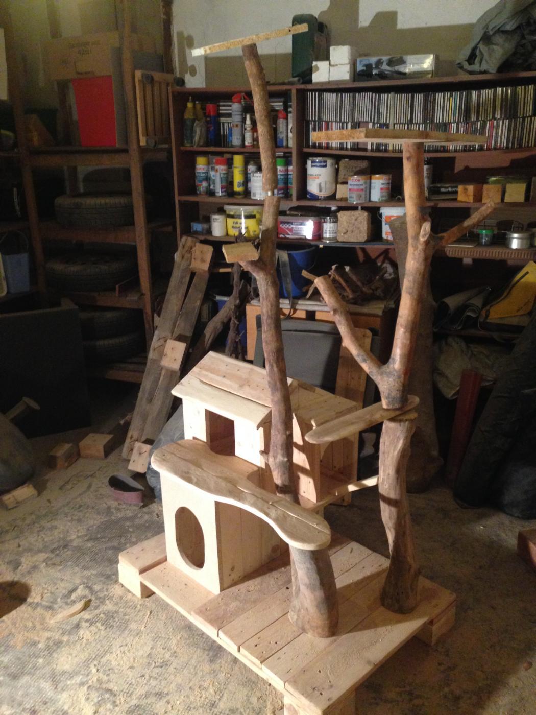 katzenkratzbaum und katzenh tte aus palettenholz. Black Bedroom Furniture Sets. Home Design Ideas