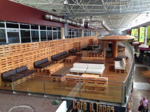 Palettenmöbel-Cafe im Teneriffa Süd-Flughafen