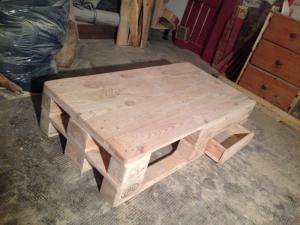 Tischplatte montiert, Schubladen fertig