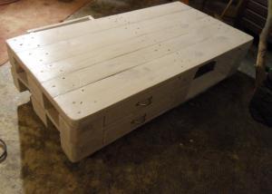 Palettentisch, Seite mit geschlossenen Schubladen