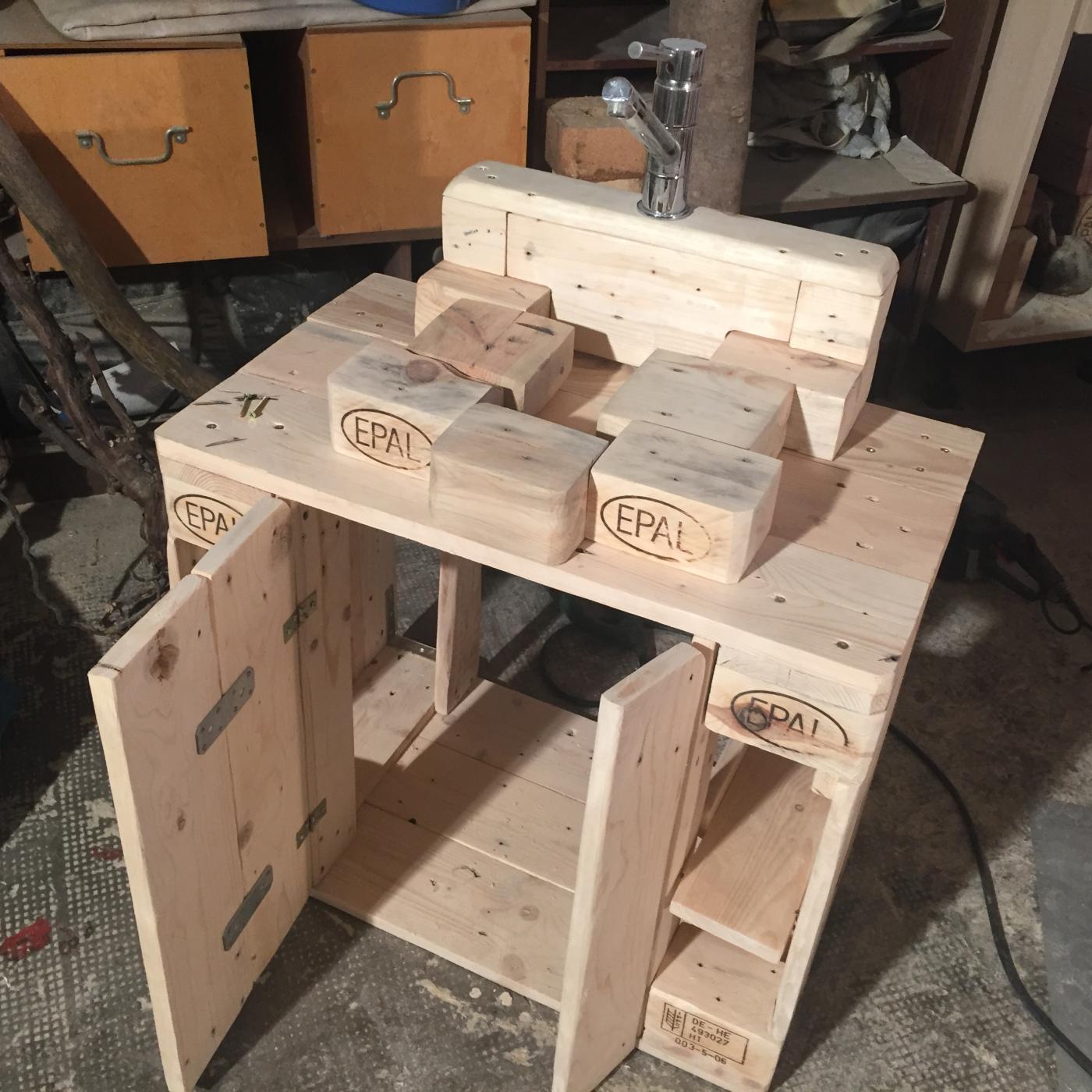 waschbeckenunterbau montiert - palettenbett und palettenmöbel