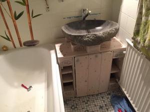Das Waschbecken steht.