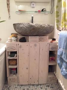 Palettenholz-Waschbeckenunterschrank, mit Natursteinwaschbecken