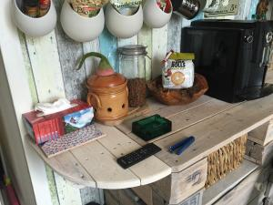 Wasserfest lackierer Küchenschrank. Es wurde viel Kaffee drübergekippt.