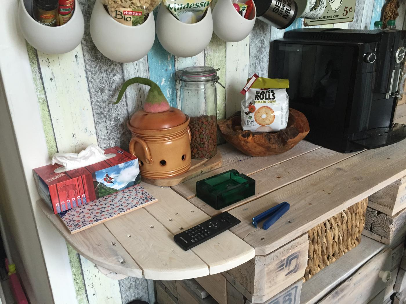 Wasserfest lackierer Küchenschrank. Es wurde viel Kaffee ...