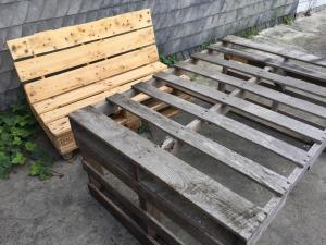 Ausgegrautes, unbehandeltes Holz vs. neu und frisch gewachst