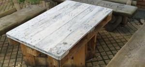 Tischplatte für draußen, zu dünn lasiert, einen Monat später