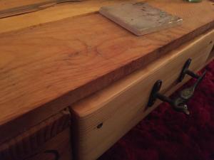 Schublade, neu und feingeschliffen, im noch robusten Tisch
