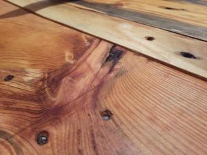 Schwerer schleifbarer Ast, weiches Holz drüber