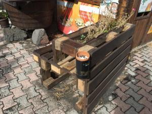 Bank-Blumenkasten-Kombi mit Bierflaschenhalter
